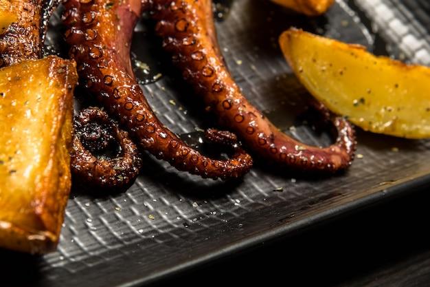 Octopus tentakels gegrild met aardappelen