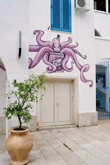 Octopusgraffiti boven de ingang van het huis