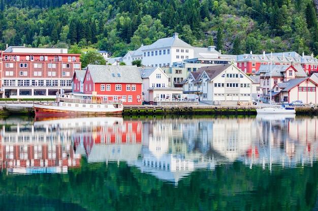 Odda is een stad in de gemeente odda in de provincie hordaland, in het district hardanger in noorwegen. gelegen nabij de rotsformatie trolltunga.
