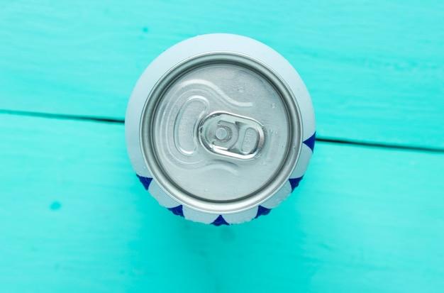 Odessa, oekraïne-30 juli 2018: blikje pepsi-cola echt op blauwe houten.