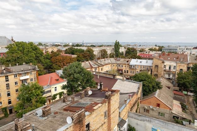Odessa, oekraïne - sep. 09, 2018: luchtfoto van de daken en oude binnenplaatsen van odessa. uitzicht op odessa vanaf het dak. gebouwen van de oude stad