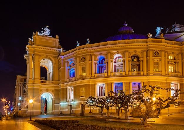 Odessa opera en ballet theater 's nachts in oekraïne