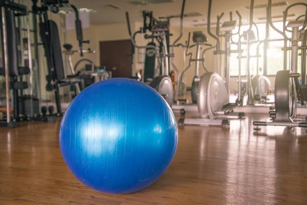 Oefen blauwe kleurenbal in fitness, fitnessapparatuur en fitnessballen in sportclub.