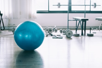 Oefen blauwe kleurenbal in fitness, gymnastiekmateriaal in sportclub uit.