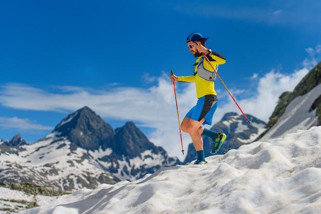 Oefen skyrunning op grote hoogte in de sneeuw tijdens de afdaling,