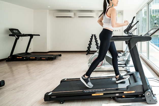 Oefening tredmolen cardio lopende training bij fitness gym