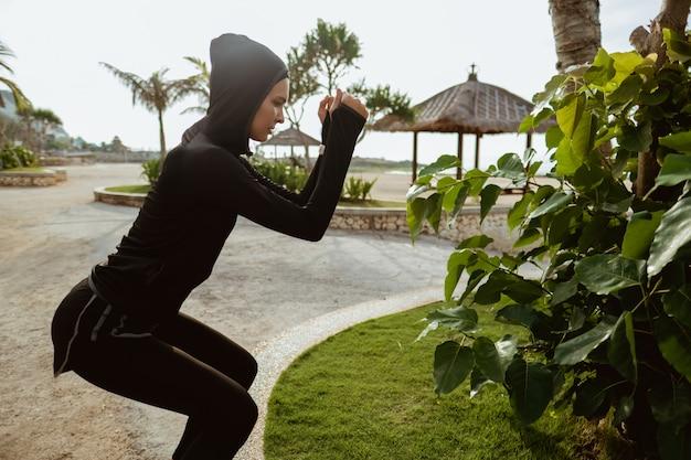 Oefening van de sport de moslimvrouw openlucht