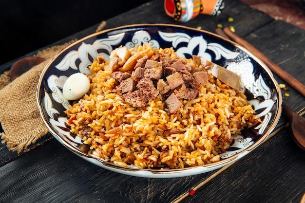 Oeigoerse nationale keuken plov met rundvlees