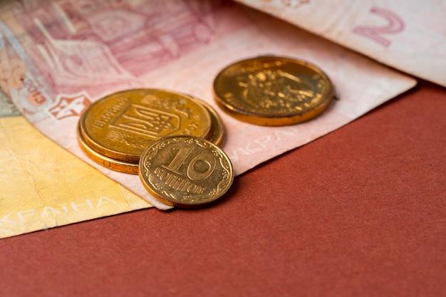 Oekraïens geld. benaming van nieuwe en intrekking van oude munten en bankbiljetten concept