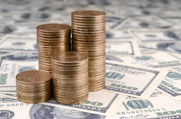 Oekraïens geld ligt op veel amerikaanse honderd-dollarbiljetten