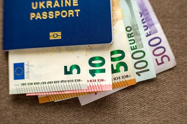 Oekraïens paspoort en geld, de rekeningen van amerikaanse dollarsbankbiljetten