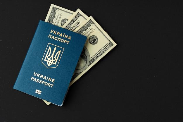 Oekraïens paspoort met amerikaanse dollarsbankbiljetten