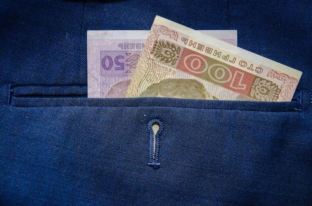 Oekraïense bankbiljetten in de achterzak van zijn blauwe broek