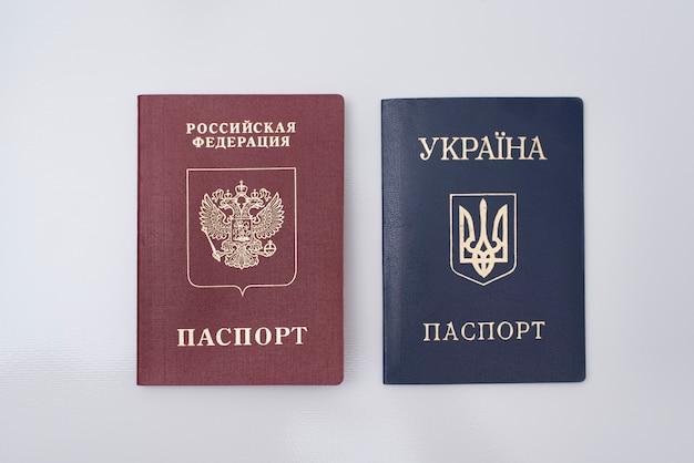 Oekraïense en russische internationale paspoorten.