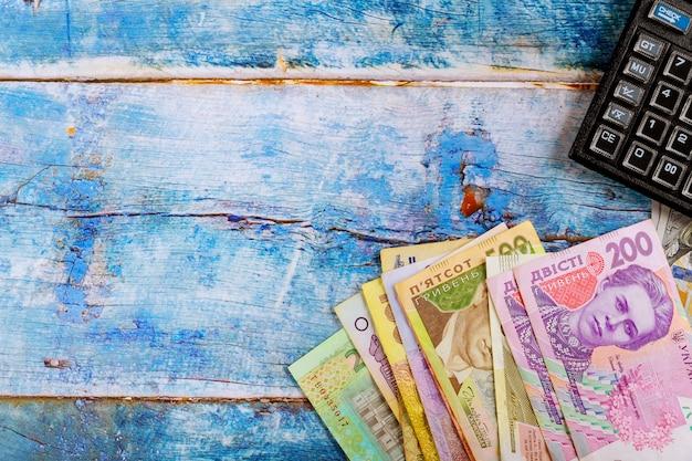 Oekraïense geldhryvnia de nationale valuta een achtergrond van de calculatorboekhouding.