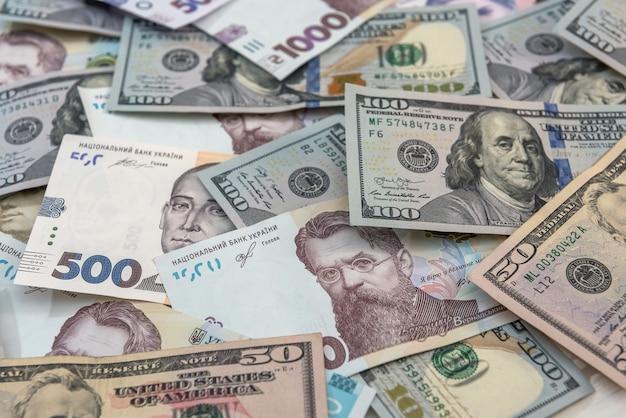Oekraïense hryvnia en dollar wisselen close-up bovenaanzicht concept financiën contant geld