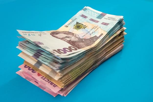 Oekraïense hryvnia geld nieuwe rekeningen 1000 en 500 geïsoleerd op blauw. stapel geld. uah