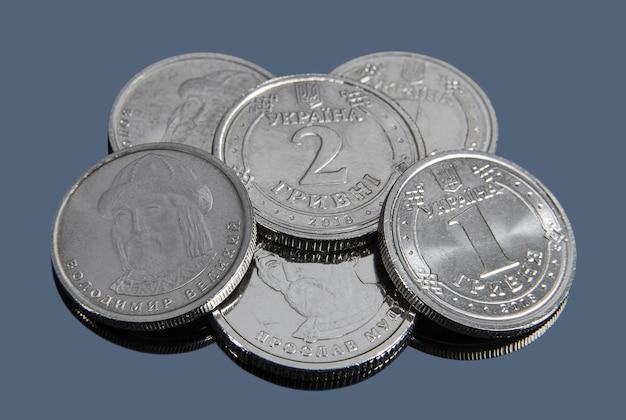 Oekraïense hryvnia munten nieuw monster op een donkere achtergrond