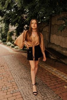 Oekraïense jonge vrouw in een minirok buiten betoverende de stijl van de manierzomer