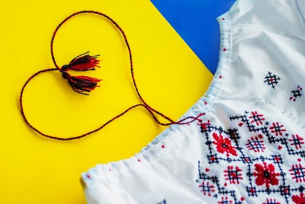 Oekraïense nationale kleuren, zonnebloem tegen geborduurde doek