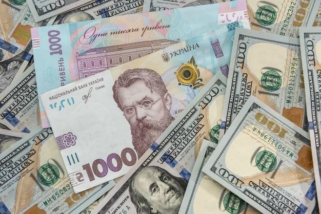 Oekraïense valuta hryvnia met amerikaanse dollar als achtergrond. geld wisselen concept. financiën