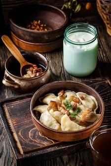 Oekraïense vareniki met aardappelen en gebakken varkensvet - geknetter