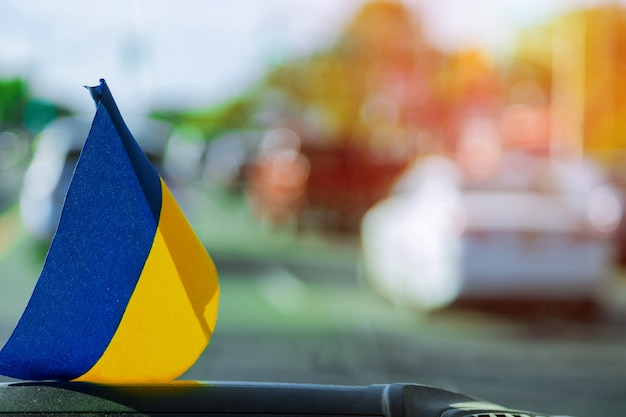 Oekraïense vlag op glas in de auto