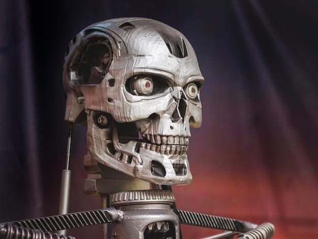 Oekraïne, chmelnitsky. augustus 2019. metalen robot in de vorm van een skelet op een donkere achtergrond_