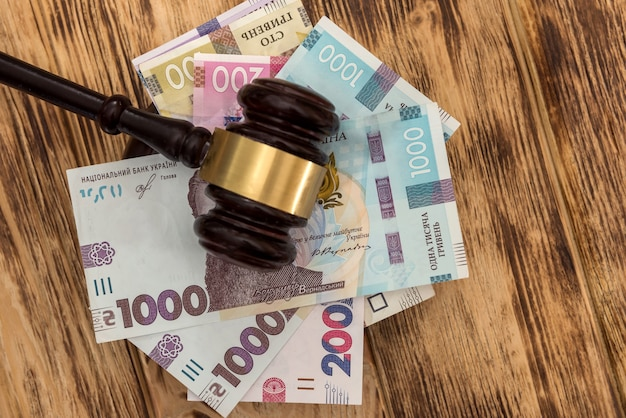 Oekraïne geld uah met houten hamer, corruptie concept. wet