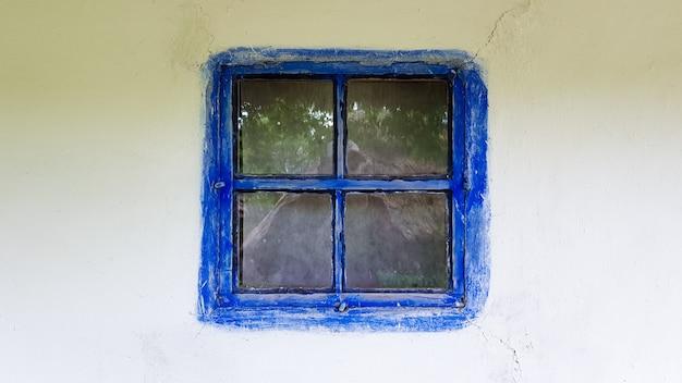 Oekraïne, kiev - 11 juni 2020. oud raam in een vintage traditioneel boerenhuis in oekraïne. antiek houten raamkozijn. pirogovo nationaal museum in de open lucht in kiev. ruimte kopiëren.