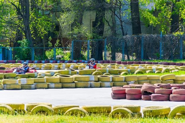 Oekrane, dnepropetrovsk - april 29/2017: in het stadspark van chkalov waren er kartwedstrijden onder kinderen.