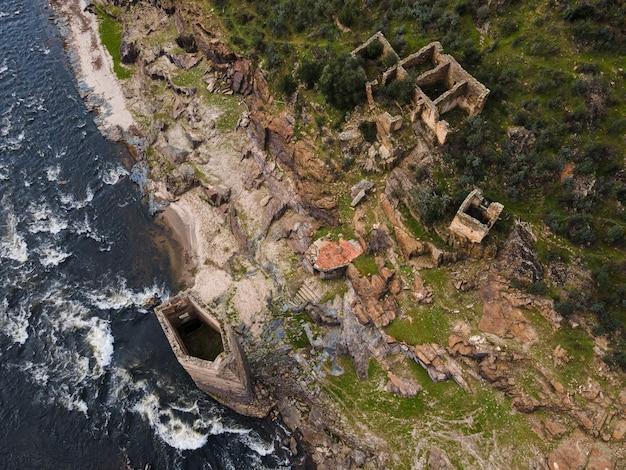 Oever van de rivier alagon met oude ruïnes. extremadura. spanje.