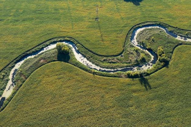 Oevers van een moerassige rivier, uitzicht van bovenaf