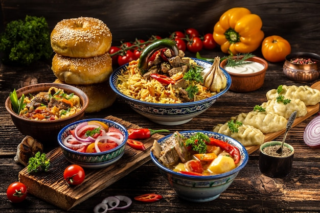 Oezbeeks en centraal-azië keukenconcept. geassorteerde oezbeekse voedsel pilaf samsa lagman manti shurpa oezbeekse restaurantconcept oezbeekse eten