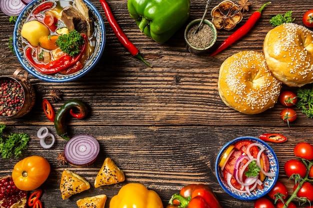 Oezbeeks en centraal-azië keukenconcept. geassorteerde oezbeekse voedselpilaf samsa lagman manti shurpa oezbeekse restaurantconcept