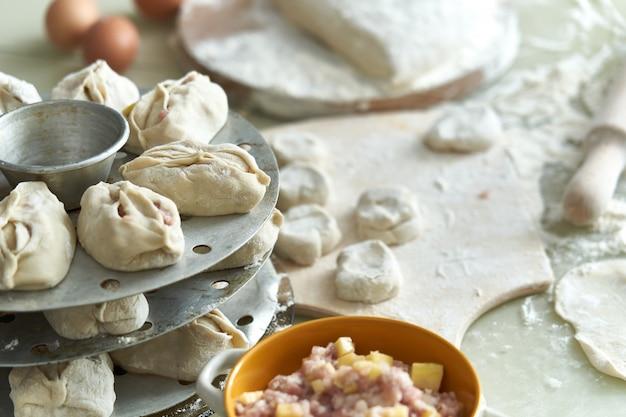 Oezbeekse nationale voedselmanta, zoals knoedels, achtergrond van ingrediënten en halffabrikaten