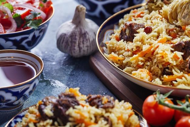 Oezbeekse pilaf in blauwe en gouden gerechten