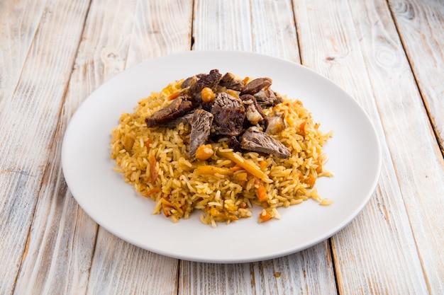 Oezbeekse schotelpilaf met kikkererwten en rundvlees