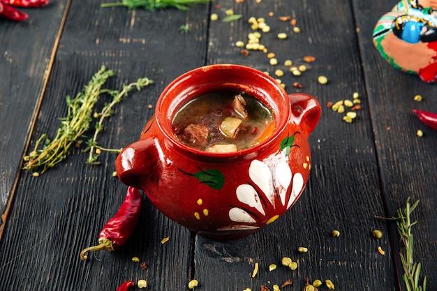 Oezbeekse traditionele schotel kuza shurpa soep met lamsvlees