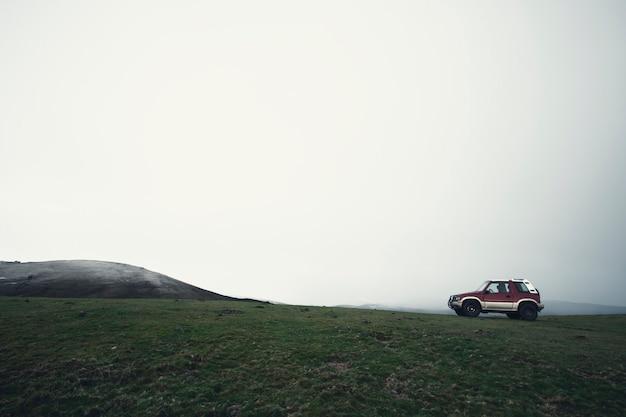 Off-road auto op de top van de berg in noord-spanje