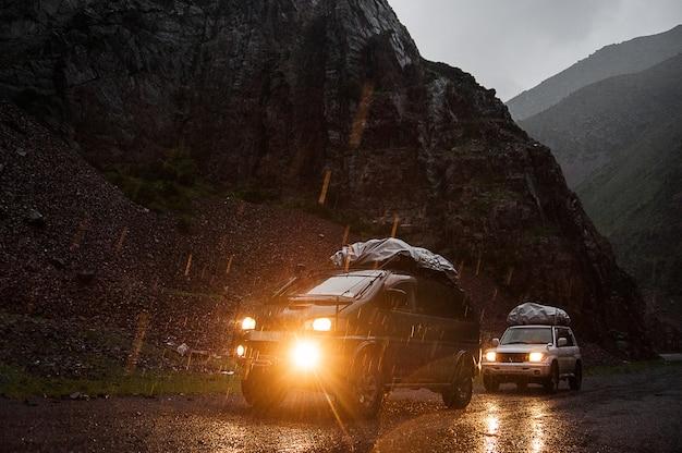 Off-road reizen op 4x4 jeepauto in bergen. gevaarlijke onverharde wegweg in de altay