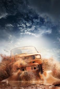 Off-road voertuig dat uit een moddergatgevaar komt, modder en water s