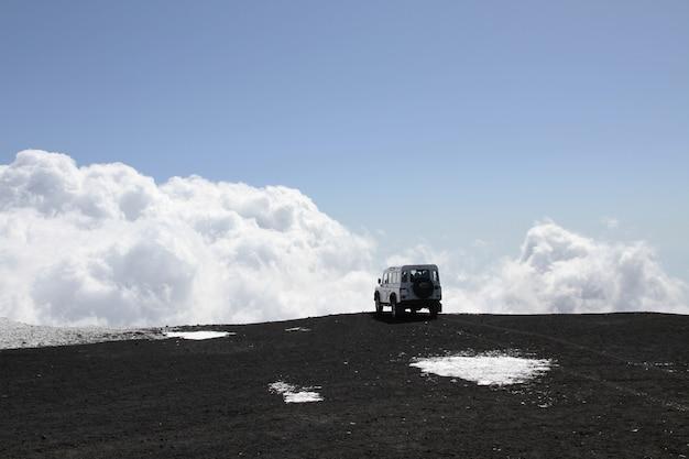 Off-road voertuig op mt etna-vulkaan