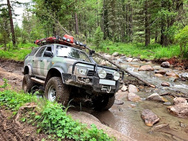 Off-road voertuig rijdt op de bergweg, altai