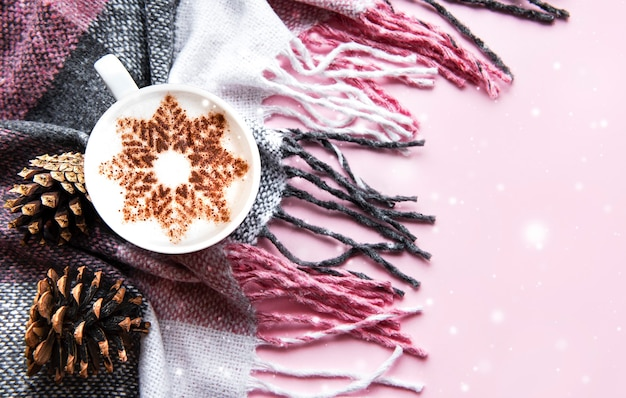 Ð¡offee met een sneeuwvlokpatroon op een warme wollen plaid