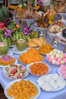 Offervoedsel voor bidden tot god en gedenkteken voor voorouder, bangkok, thailand. detailopname. traditionele offers aan goden met voedsel, groente en fruit voor de goden van de thaise cultuur