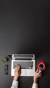 Office-bureaublad met kopieerruimte. vrouw die op laptop werkt, panorama.
