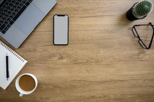 Office desktop computer laptop man handen bezig met moderne laptop computer bovenaanzicht
