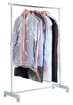 Office mannelijke overhemden in gevallen voor opslag op hangers, geïsoleerd op wit