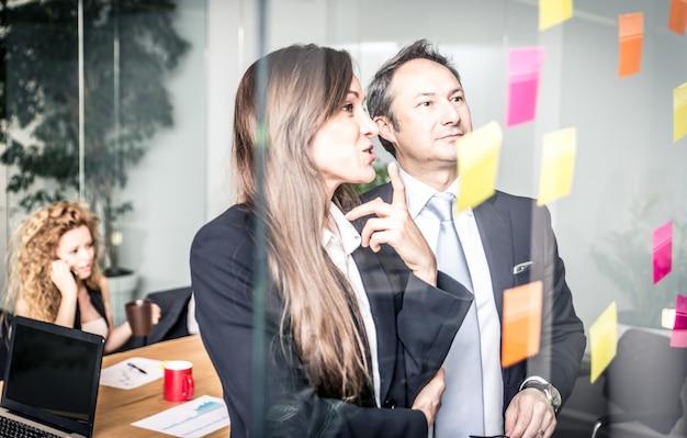 Office mensen werken en praten over businessplannen